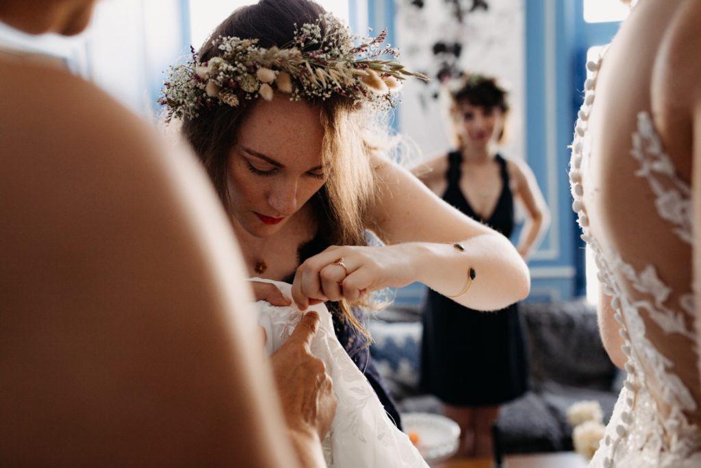 Témoin prépare la robe de la mariée