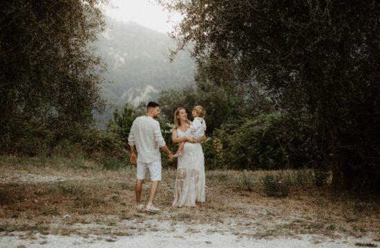 Famille attend l'arrivée d'une petite soeur sous les oliviers